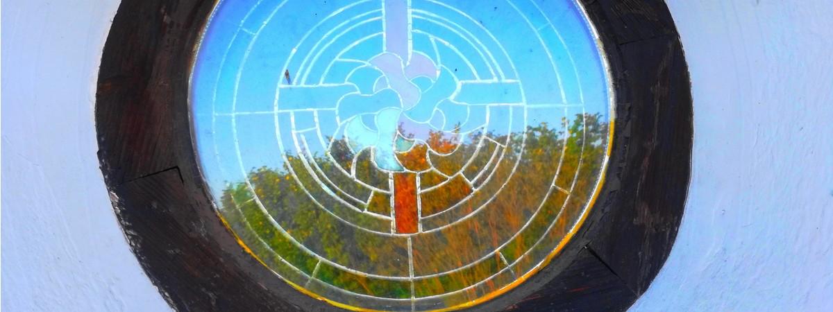 Okno witrażowe kościoła w Szymanach